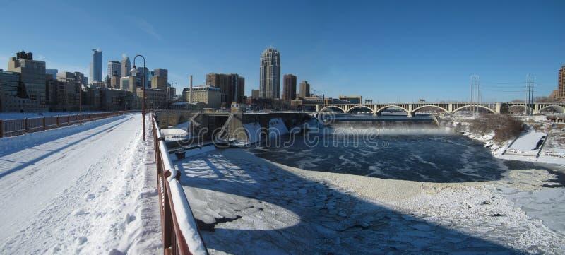 Minneapolis horisont i vintern arkivfoton