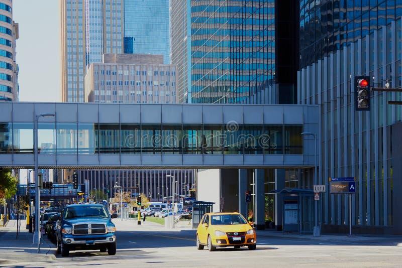 Minneapolis, los E.E.U.U. - 11 de abril de 2012: Pasarela skyway de Minneapolis imagenes de archivo