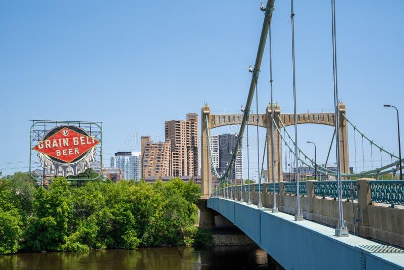 Minneapolis, manganês - 2 de junho de 2019: O pai Louis Hennepin Bridge em Minneapolis do centro Minnesota imagem de stock