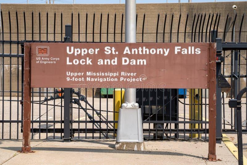 Minneapolis, Minnesota - 2 de junho de 2019: Sinal para o St superior Anthony Falls Lock e represa, pelo corpo de exército dos EU imagem de stock royalty free