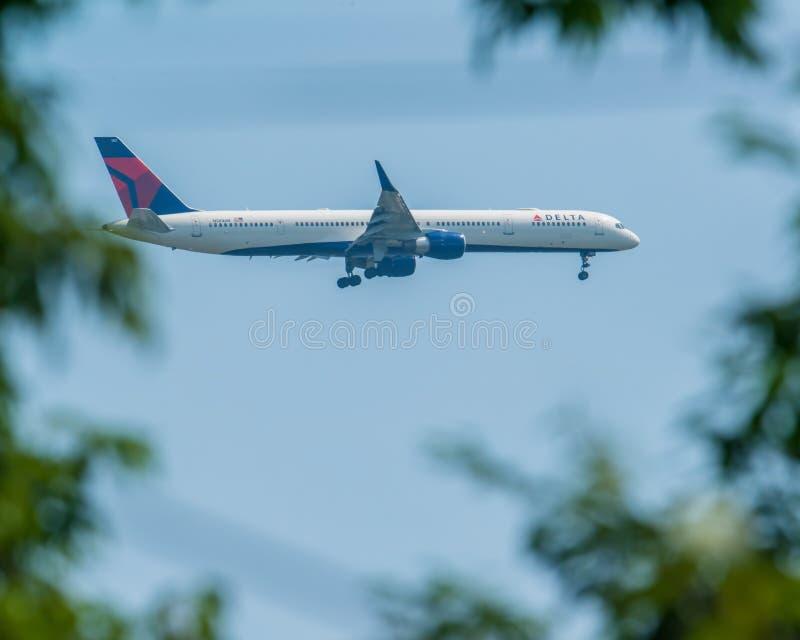 MINNEAPOLIS, MINNESOTA/DE V.S. - 29 JUNI, 2019: Close-up van de aankomst van vliegtuigvliegtuigen met met uitgetrokken landingsge stock foto