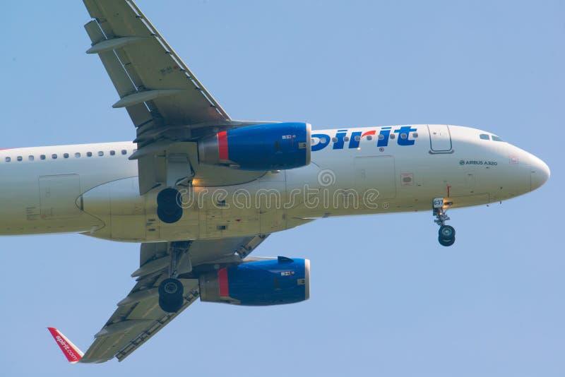 MINNEAPOLIS, MINNESOTA/DE V.S. - 29 JUNI, 2019: Close-up van de aankomst van vliegtuigvliegtuigen met met uitgetrokken landingsge stock afbeelding