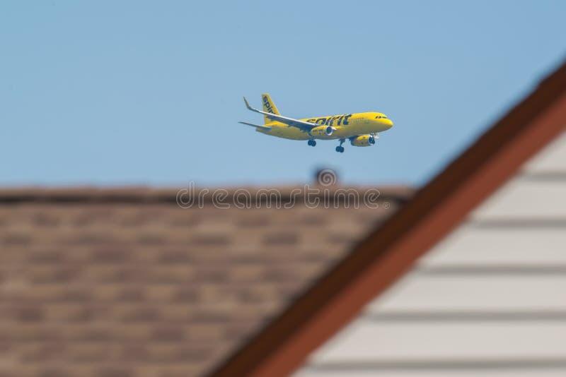 MINNEAPOLIS, MINNESOTA/DE V.S. - 29 JUNI, 2019: Close-up van de aankomst van vliegtuigvliegtuigen met met uitgetrokken landingsge stock foto's