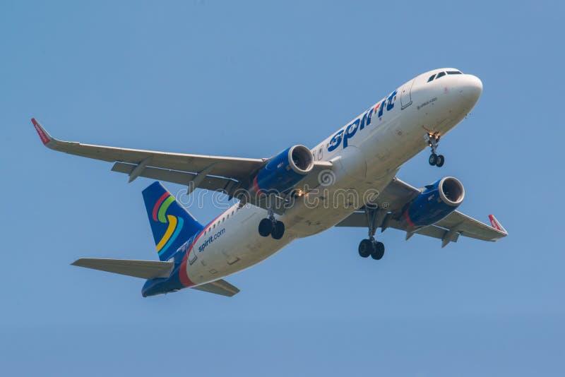 MINNEAPOLIS, MINNESOTA/DE V.S. - 29 JUNI, 2019: Close-up van de aankomst van vliegtuigvliegtuigen met met uitgetrokken landingsge royalty-vrije stock foto