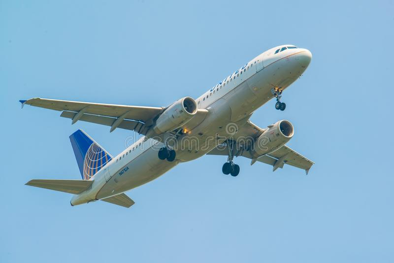 MINNEAPOLIS, MINNESOTA/DE V.S. - 29 JUNI, 2019: Close-up van de aankomst van vliegtuigvliegtuigen met met uitgetrokken landingsge royalty-vrije stock fotografie