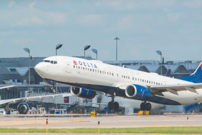 MINNEAPOLIS, MINNESOTA/DE V.S. - 25 JUNI, 2019: Close-up van het vertrek die van vliegtuigvliegtuigen van MSP van start gaan - Mi royalty-vrije stock afbeelding