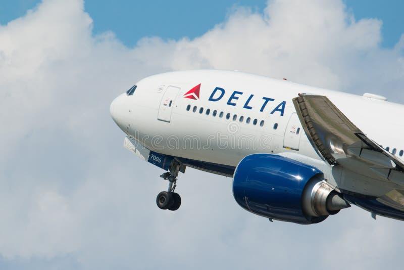 MINNEAPOLIS, MINNESOTA/DE V.S. - 25 JUNI, 2019: Close-up van het vertrek die van vliegtuigvliegtuigen van MSP van start gaan - Mi stock fotografie