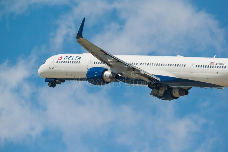 MINNEAPOLIS, MINNESOTA/DE V.S. - 25 JUNI, 2019: Close-up van het vertrek die van vliegtuigvliegtuigen van MSP van start gaan - Mi royalty-vrije stock foto
