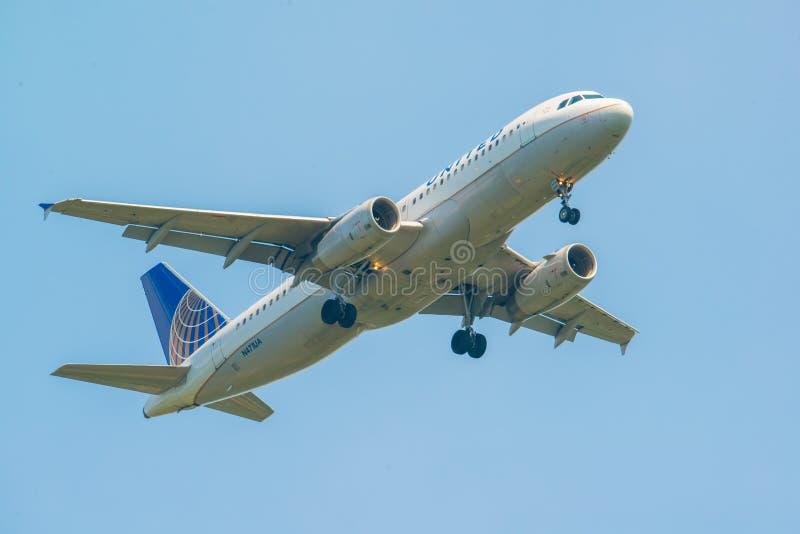 MINNEAPOLIS, MINNESOTA/EUA - 29 DE JUNHO DE 2019: Close up da chegada dos aviões do avião com trem de aterrissagem para baixo em  fotografia de stock royalty free
