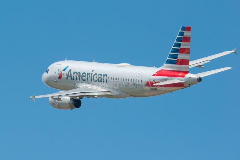 MINNEAPOLIS, MINNESOTA/EUA - 25 DE JUNHO DE 2019: Close up das partidas dos aviões do avião que decolam do MSP - Minneapolis/St fotos de stock royalty free