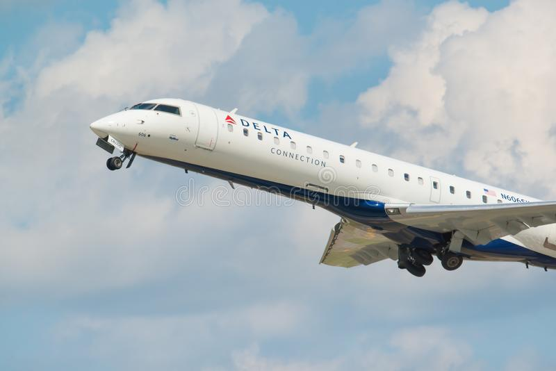MINNEAPOLIS, MINNESOTA/EUA - 25 DE JUNHO DE 2019: Close up das partidas dos aviões do avião que decolam do MSP - Minneapolis/St imagem de stock