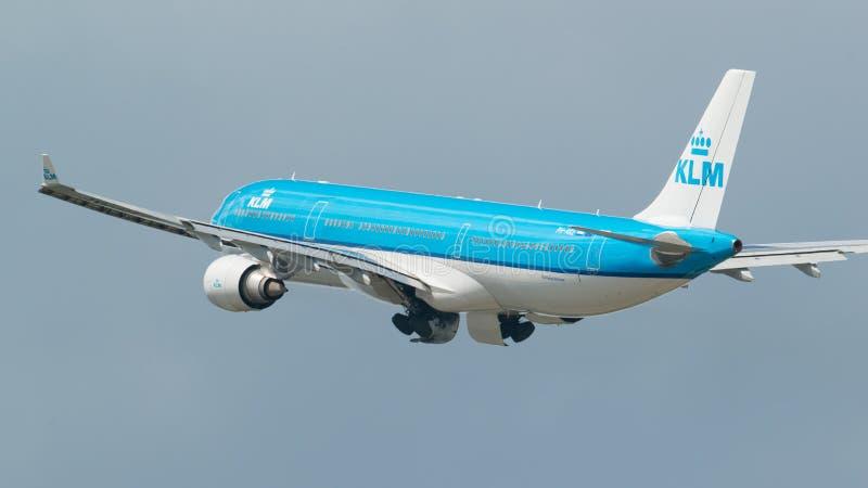 MINNEAPOLIS, MINNESOTA/EUA - 25 DE JUNHO DE 2019: Close up das partidas dos aviões do avião que decolam do MSP - Minneapolis/St imagens de stock