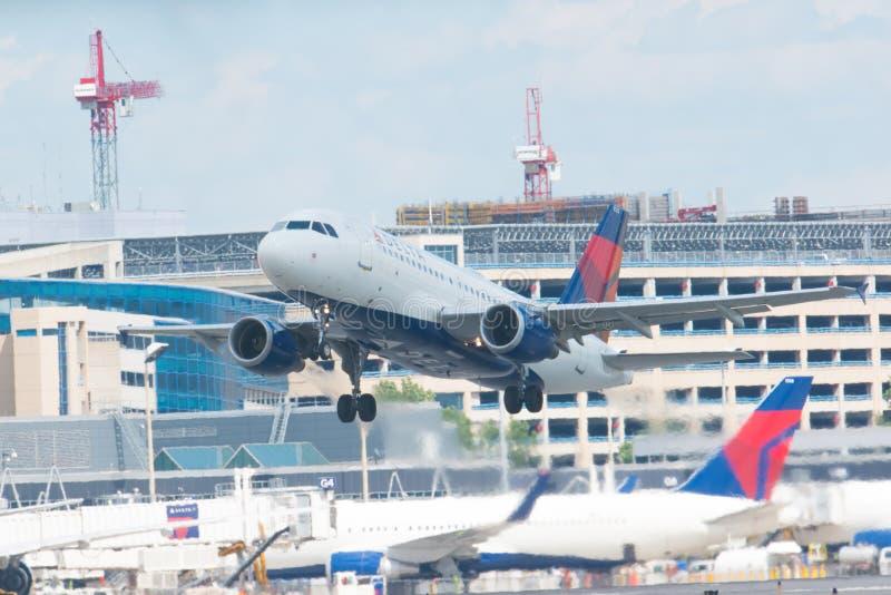 MINNEAPOLIS, MINNESOTA/EUA - 25 DE JUNHO DE 2019: Close up das partidas dos aviões do avião que decolam do MSP - Minneapolis/St foto de stock royalty free