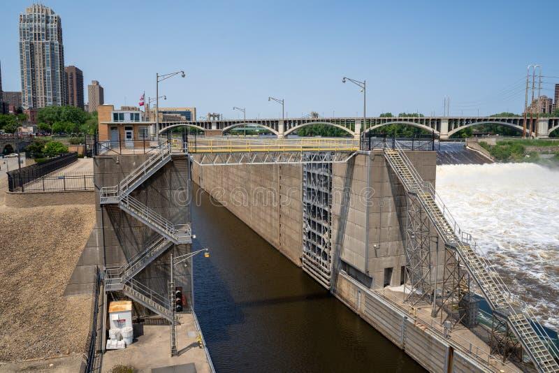 Minneapolis Minnesota - Juni 1, 2019: Sikt av övreSten Anthony Falls Lock och fördämning längs Mississippiet River i centrum royaltyfri bild