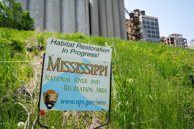 Minneapolis Minnesota - Juni 2, 2019: Tecken som indikerar ett livsmiljöåterställande som är pågående vid National Park Service,  arkivbilder
