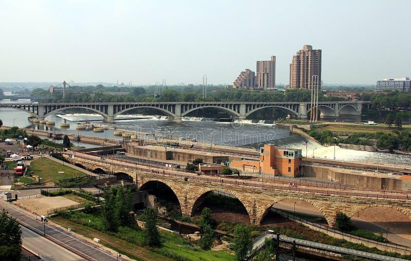 Minneapolis, Minnesota Rio Mississípi e pontes de pedra do arco fotografia de stock royalty free