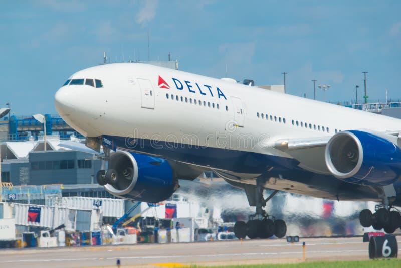 MINNEAPOLIS MINNESOTA/USA - JUNI 25, 2019: Closeup av flygplanflygplanavvikelser som tar av från MSPEN - Minneapolis/St royaltyfri fotografi