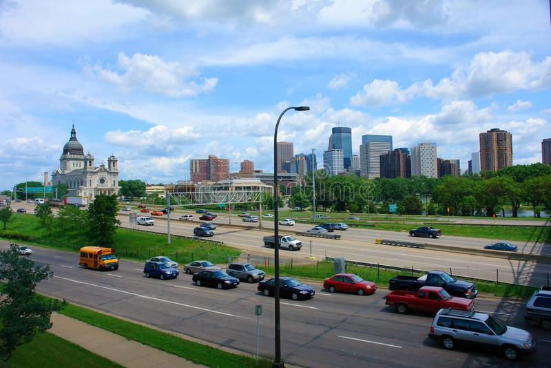Minneapolis-Skyline ausdrücklich lizenzfreie stockfotografie