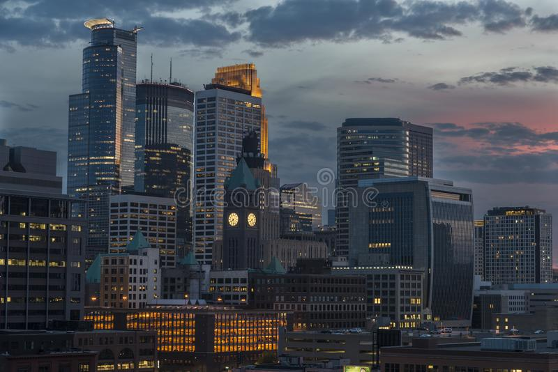 Minneapolis som är i stadens centrum på natten royaltyfri bild