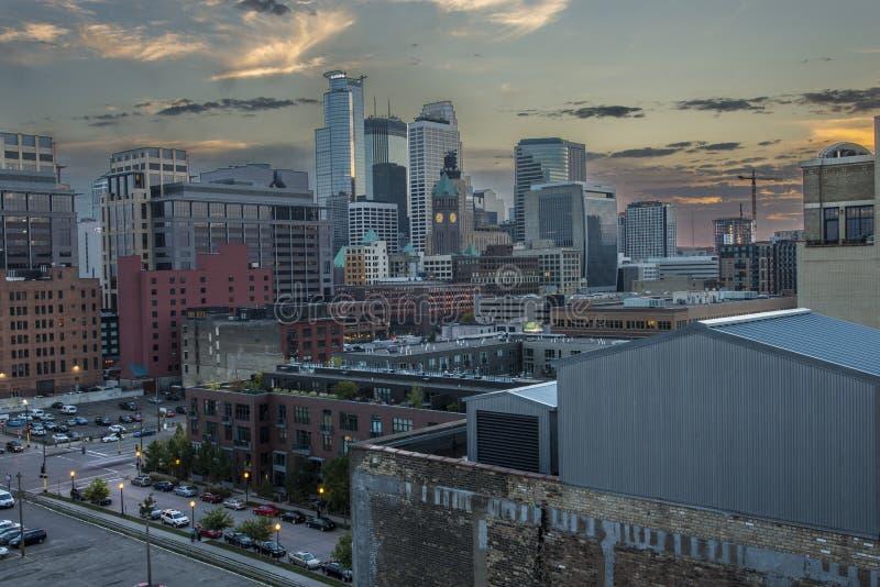 Minneapolis som är i stadens centrum på natten royaltyfri fotografi