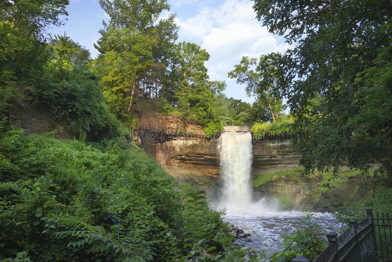 Minnehaha fällt in Minneapolis, Minnesota auf einem Sommermorgen lizenzfreies stockfoto