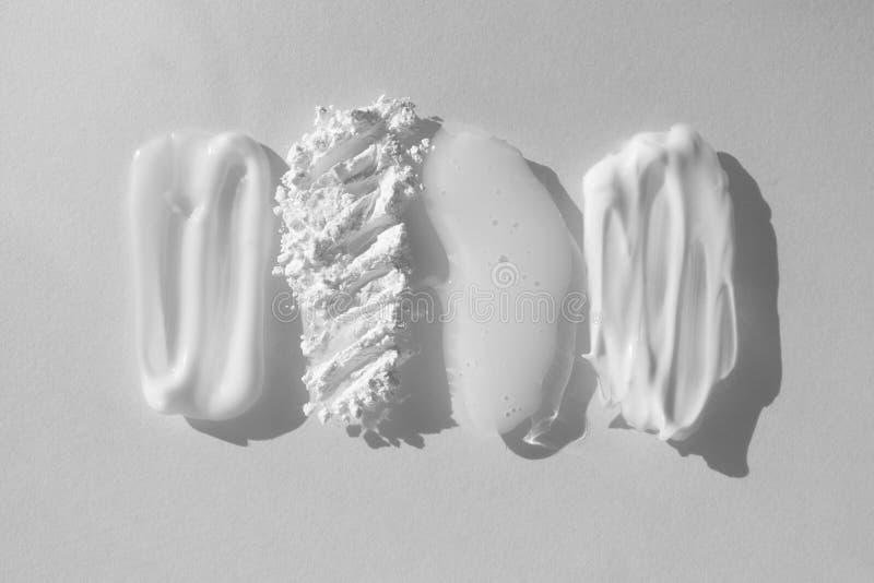 Minnen av olika skönhetsprodukter Moisturizer kräm, genomskinligt löst pulver, tvål, ansiktsmask och spolvätska royaltyfri foto