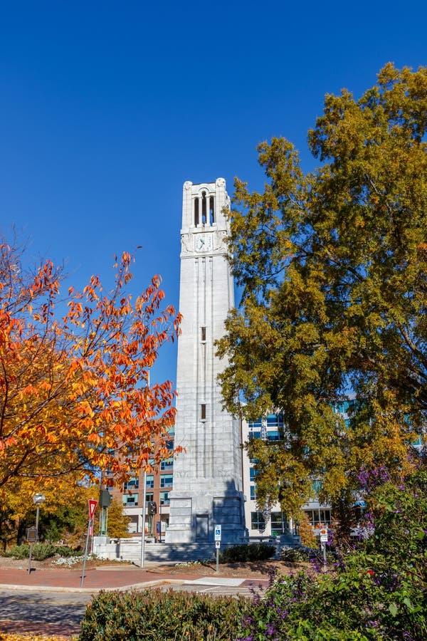 Minnes- Belltower på NC-delstatsuniversitetet royaltyfria foton