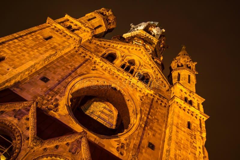 Minnes- Kaiser Wilhelm Church på natten royaltyfria foton