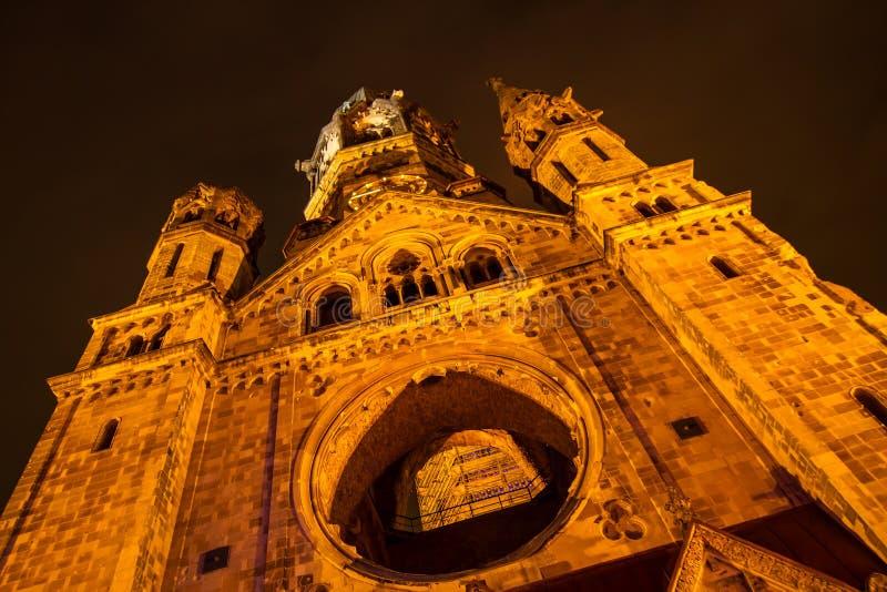 Minnes- Kaiser Wilhelm Church på natten royaltyfri bild