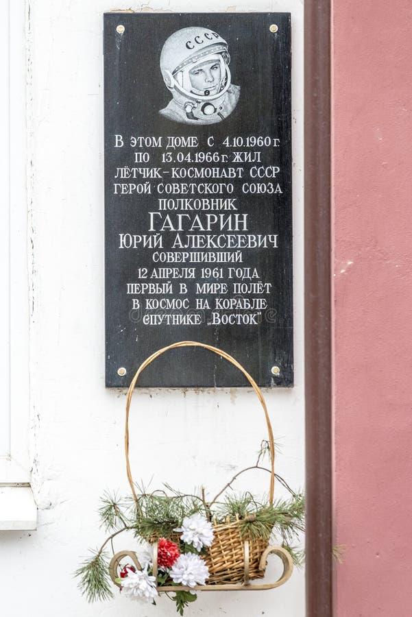 Minnes- platta på byggnaden av den första kosmonautet Yuri Gagarin royaltyfri fotografi