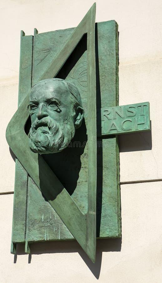 Minnes- platta som firar minnet av den stora fysikern Ernst Mach i Prague royaltyfria foton