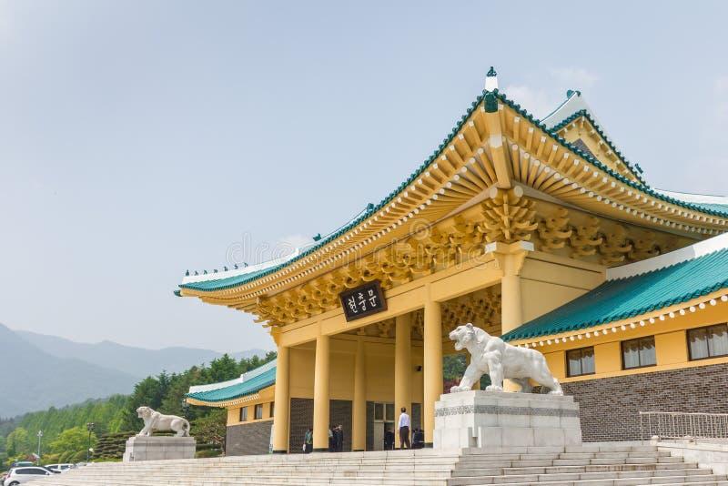 Minnes- port, ingångsport av det minnes- tornet Hyeonchungtap Daejeon kan den nationella kyrkogården, Sydkorea, 25 2016 royaltyfri bild