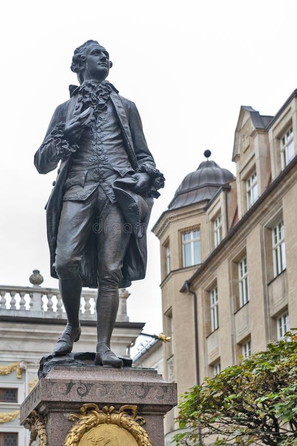 Minnes- staty av Johann Wolfgang von Goethe framme av den gamla börsen på den Naschmarkt plazaen i Leipzig, Tyskland arkivfoton