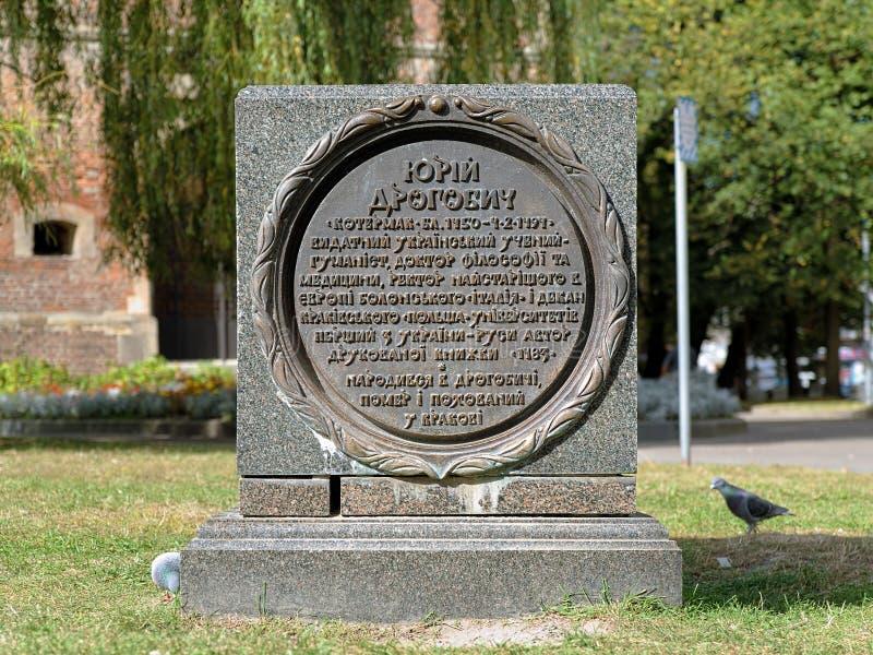Minnes- sten nära monumentet av Yuriy Drohobych i Drohobych arkivfoton