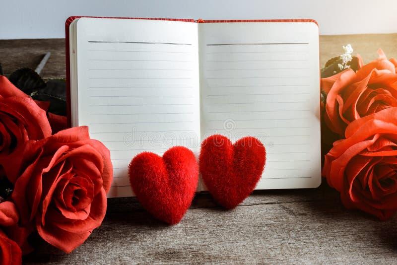 Minneslista, anteckningsbok med den röda hjärtakudden och bukett av den röda rosen royaltyfria bilder