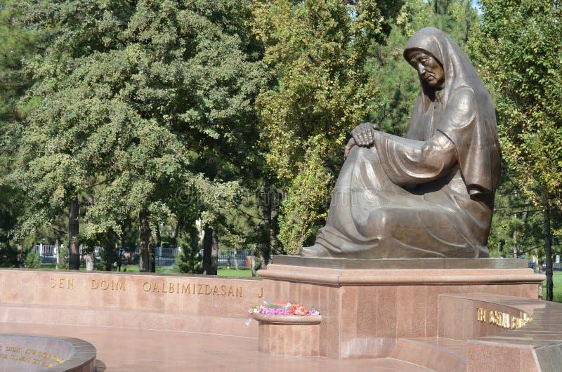 Minnesmärke av den sorgsna modern i minnet av soldaterna av det andra världskriget, Uzbekistan, Tasjkent arkivbilder