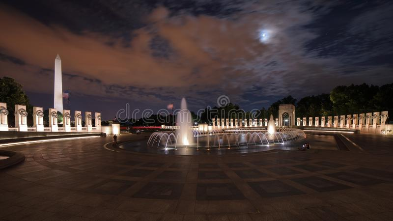 Minnesmärke för världskrig II på natten, långt exponeringsskott royaltyfri bild