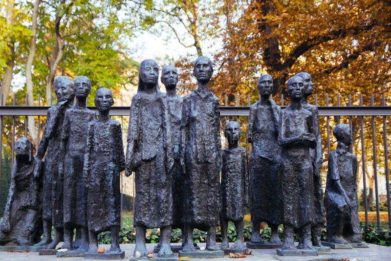 Minnesmärke på den judiska kyrkogården i den Grosse hamburgaregatan i Berlin Mitte royaltyfri fotografi
