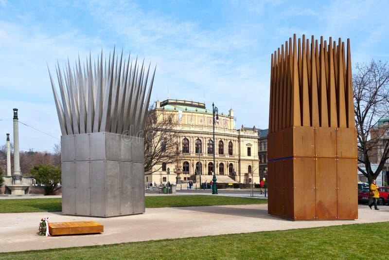 Minnesmärke till Jan Palach, ölinvallning, gammal stadUNESCO, Prague, Tjeckien Skulptural sammansättning av Son'sen och Mothen royaltyfria bilder