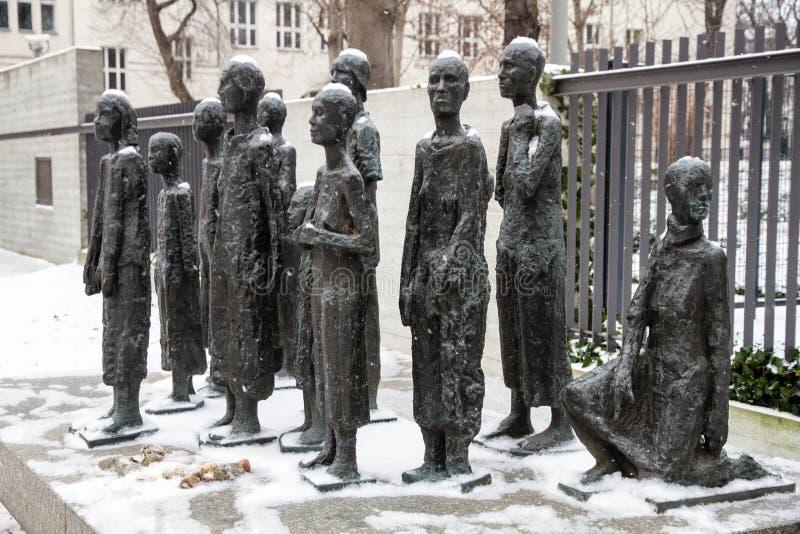 Minnesmärken på den judiska kyrkogården i den Grosse hamburgaregatan i Berlin Mitte täckte vid vintersnö royaltyfria foton