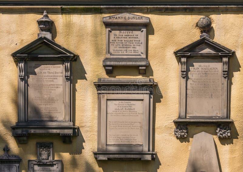 Minnesmärkeplattor på Greyfriars Kirk, Edinburg, Skottland, UK royaltyfri bild