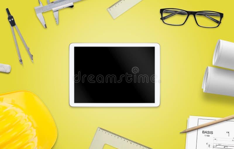 Minnestavla med den tomma skärmen för modell på arkitektarbetsskrivbordet royaltyfri illustrationer