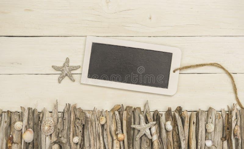Minnestavla med maritim dekorerad vit wood bakgrund royaltyfria foton