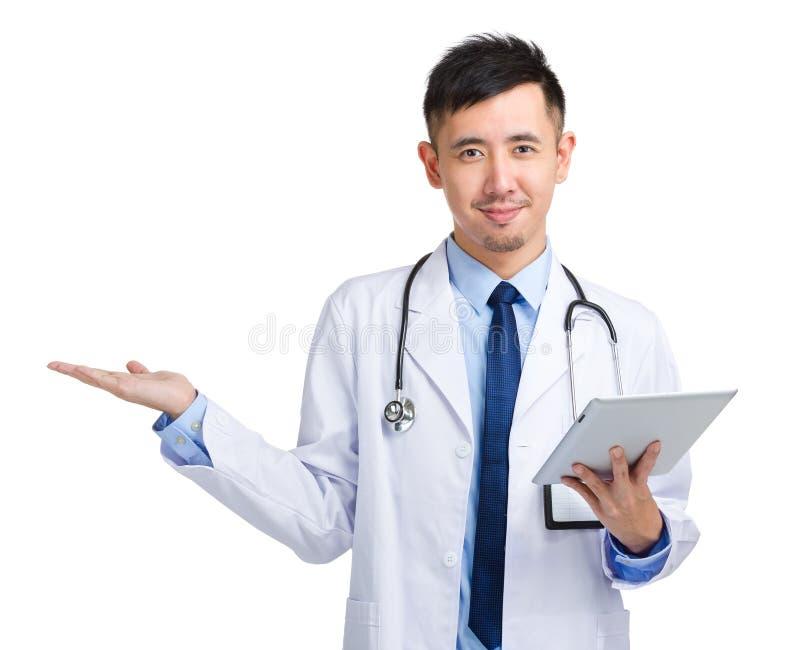 Minnestavla och gåva för medicinsk doktor hållande något arkivbild