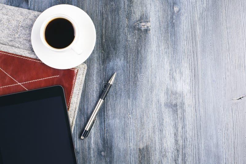 Minnestavla och kaffe arkivfoto
