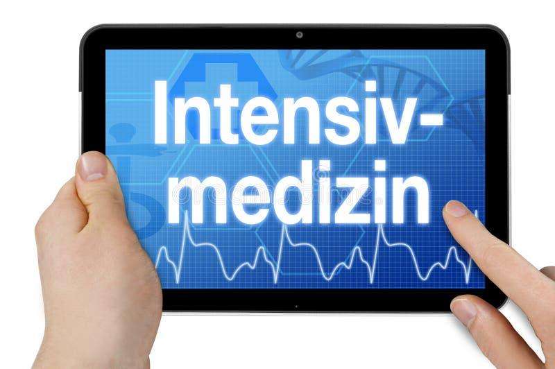 Minnestavladator med pekskärmen och det tyska ordet för intensivvård - Intensivmedizin royaltyfria bilder