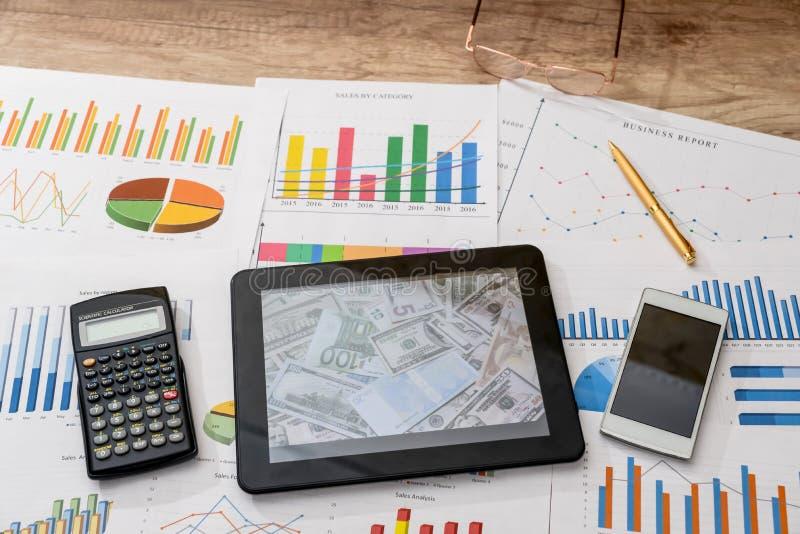Minnestavladator och finansiella diagram, räknemaskin royaltyfri bild