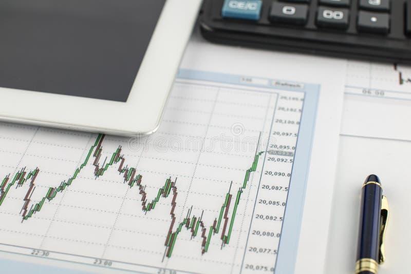 Minnestavladator, räknemaskin, penna och finansiell graf på vit bakgrund fotografering för bildbyråer