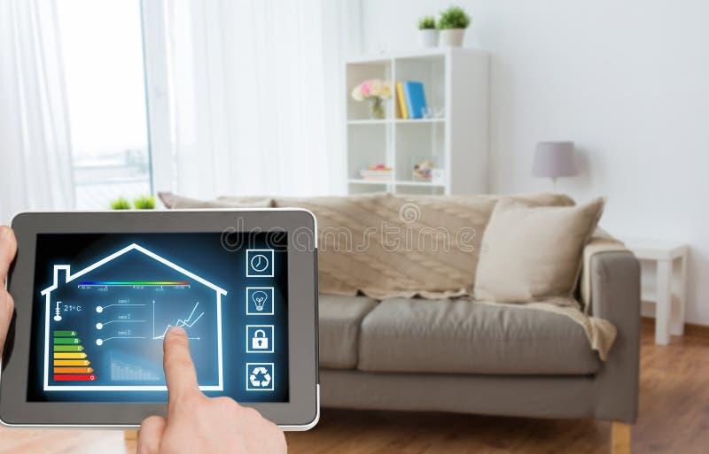 MinnestavlaPC med smarta hem- inställningar på skärmen arkivfoto