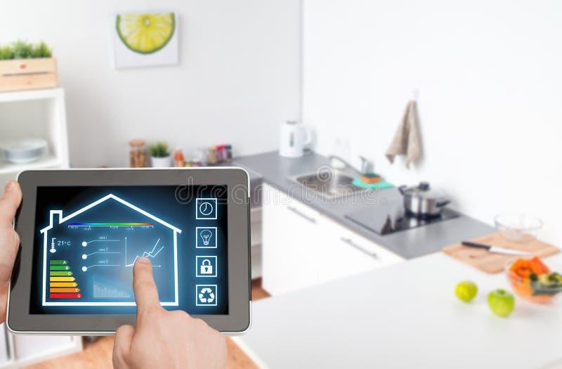 MinnestavlaPC med smarta hem- inställningar på skärmen royaltyfria bilder